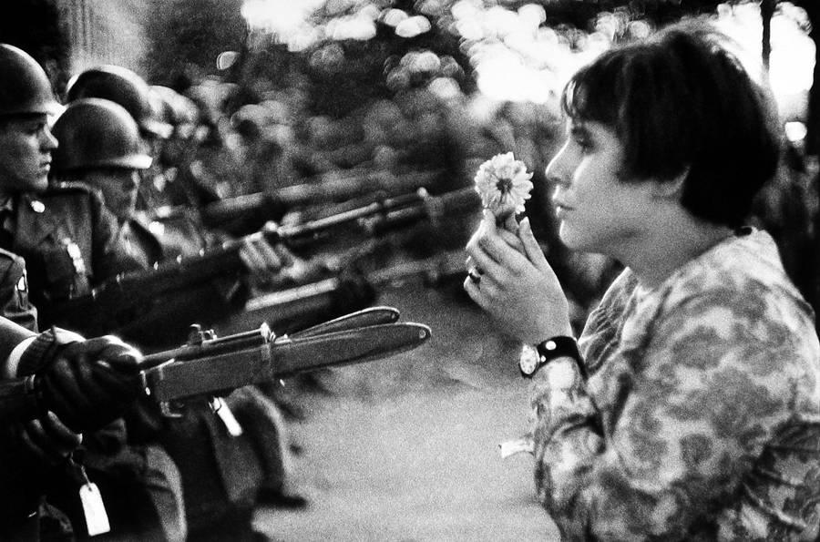 Devojka sa cvetom